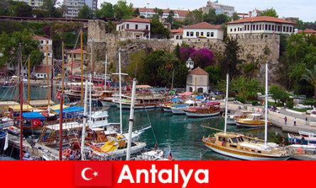 भूमध्य सागर के तट पर तुर्की एंटाल्या रिसॉर्ट
