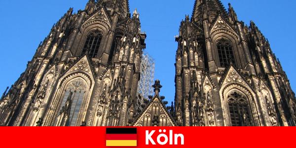 कोलोन के शहर की यात्रा करना पसंद बच्चों के साथ जर्मन परिवार छुट्टियों