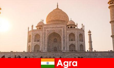 आगरा भारत में प्रभावशाली महल परिसरों छुट्टियों के लिए एक यात्रा टिप है