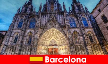 बार्सिलोना सदियों पुरानी संस्कृति की गवाही के साथ हर मेहमान को प्रेरित करती है
