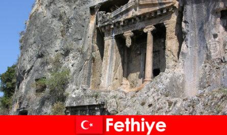 फेथिये कई स्मारकों के साथ समुद्र से एक प्राचीन शहर