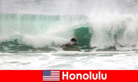 द्वीप स्वर्ग होनोलुलु शौक वादियों और पेशेवर सर्फर्स के लिए सही लहरें प्रदान करता है