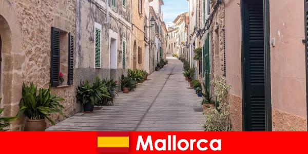 प्रकृति परिदृश्य और समुद्र तटों में मल्लोरका में खेल पर्यटकों के लिए स्वर्ग