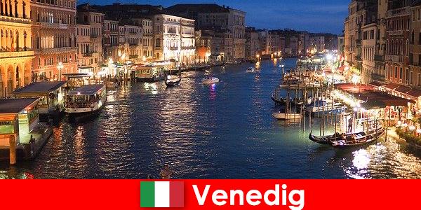 वेनिस गोंडोला और उसके कई कला खजाने के साथ एक शहर