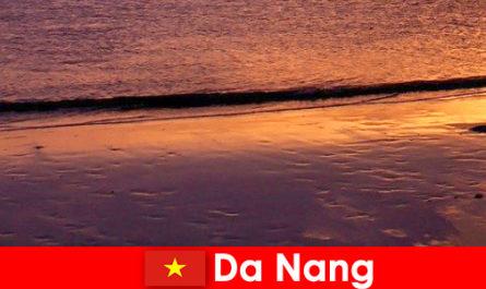 दा नांग मध्य वियतनाम में एक तटीय शहर है और अपने रेतीले समुद्र तटों के लिए लोकप्रिय है