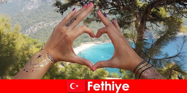 युवा और बूढ़े हमेशा एक सपना के लिए तुर्की Fethiye में समुद्र तट छुट्टियां