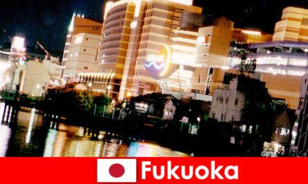फुकुओका कई नाइटक्लब, नाइटक्लब या रेस्तरां छुट्टियों के लिए एक शीर्ष बैठक जगह है