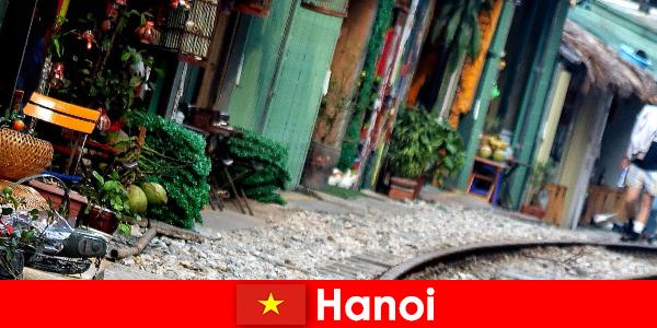 हनोई संकीर्ण सड़कों और ट्राम के साथ वियतनाम की आकर्षक राजधानी है