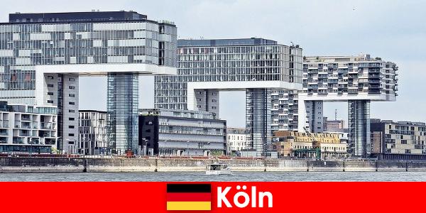 कोलोन में प्रभावशाली ऊंची इमारतों अजनबियों विस्मित करना