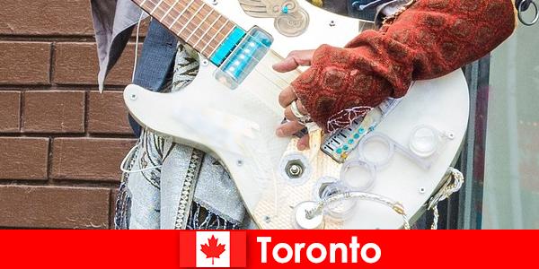 अजनबी सभी संस्कृतियों के संगीत दृश्य के लिए अपने महानगरीयता के लिए टोरंटो प्यार