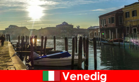 आगंतुकों को करीब टहलने पर वेनिस के इतिहास का अनुभव