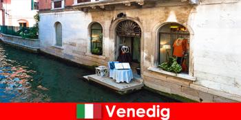 इटली में वेनिस के पुराने शहर में खरीदारी पर्यटकों के लिए शुद्ध यात्रा अनुभव