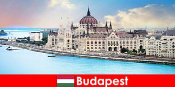 पर्यटकों के लिए कई जगहों के साथ बुडापेस्ट सुंदर शहर