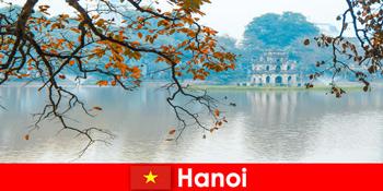 हनोई वियतनाम जेड माउंटेन मंदिर और साहित्य मंदिर पर्यटकों को प्रसन्न
