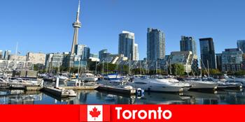 कनाडा में टोरंटो शहर के पर्यटकों के लिए बहुत लोकप्रिय समुद्र से एक आधुनिक महानगर है