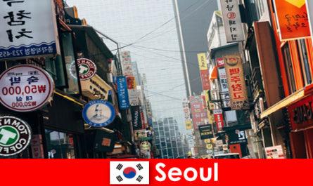 कोरिया में सियोल रात पर्यटकों के लिए रोशनी और विज्ञापन के रोमांचक शहर