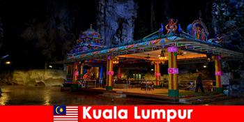 कुआलालंपुर मलेशिया यात्रियों को प्राचीन चूना पत्थर की गुफाओं में गहरी अंतर्दृष्टि हासिल करने देता है
