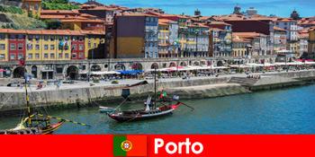 आकर्षक सलाखों और स्थानीय रेस्तरां के साथ पोर्टो पुर्तगाल के लिए आगंतुकों के लिए शहर तोड़
