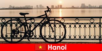 वियतनाम में हनोई खेल पर्यटकों के लिए पानी की यात्रा के साथ यात्रा