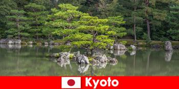जापानी गार्डन क्योटो में चलता आराम के लिए अजनबियों को आमंत्रित