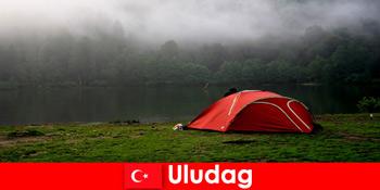 उलुदग तुर्की के जंगलों में परिवार के साथ डेरा डाले हुए छुट्टियां