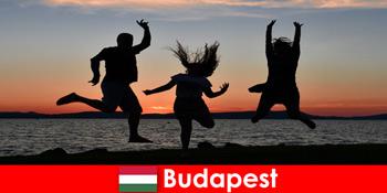 सलाखों और क्लबों में संगीत और सस्ते पेय के साथ युवा पार्टी पर्यटकों के लिए बुडापेस्ट हंगरी