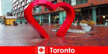 टोरंटो कनाडा एक रंगीन शहर के रूप में एक बहु सांस्कृतिक महानगर के रूप में विदेशी मेहमानों का अनुभव