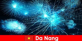के बाद से नांग वियतनाम पर्यटकों को रात के खाने में लुभावनी फायरशो अनुभव