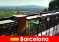 सलाखों, रेस्तरां और कला दृश्य के साथ बार्सिलोना स्पेन के लिए आगंतुकों के लिए शुद्ध बड़े शहर स्वभाव
