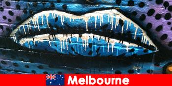 यात्रियों को मेलबोर्न ऑस्ट्रेलिया के विश्व प्रसिद्ध सड़क कला की प्रशंसा