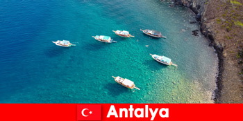 पर्यटकों को एंटाल्या तुर्की में एक छुट्टी के लिए धूप के अंतिम समय का उपयोग करें